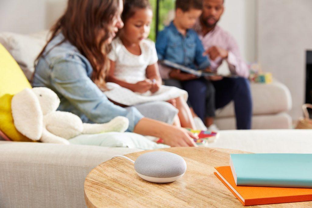 Google Home Mini in kamer naast gezin