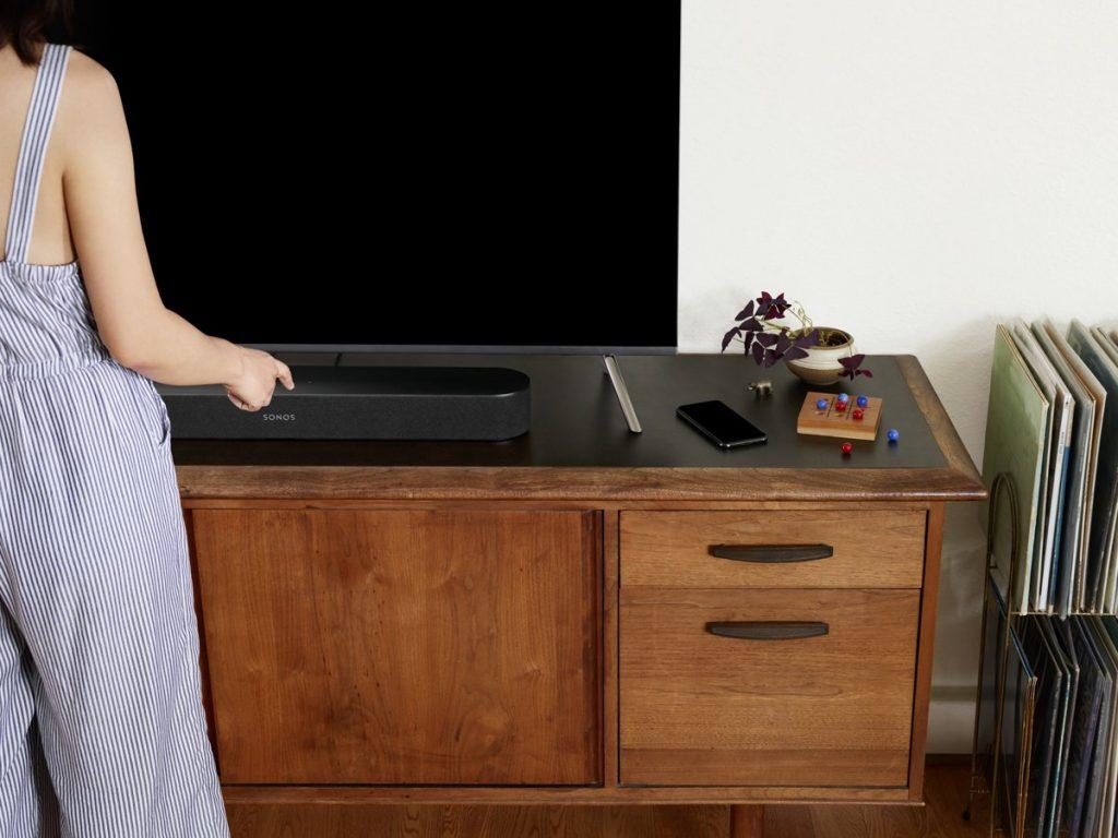 Sonos Beam op dressoir onder TV